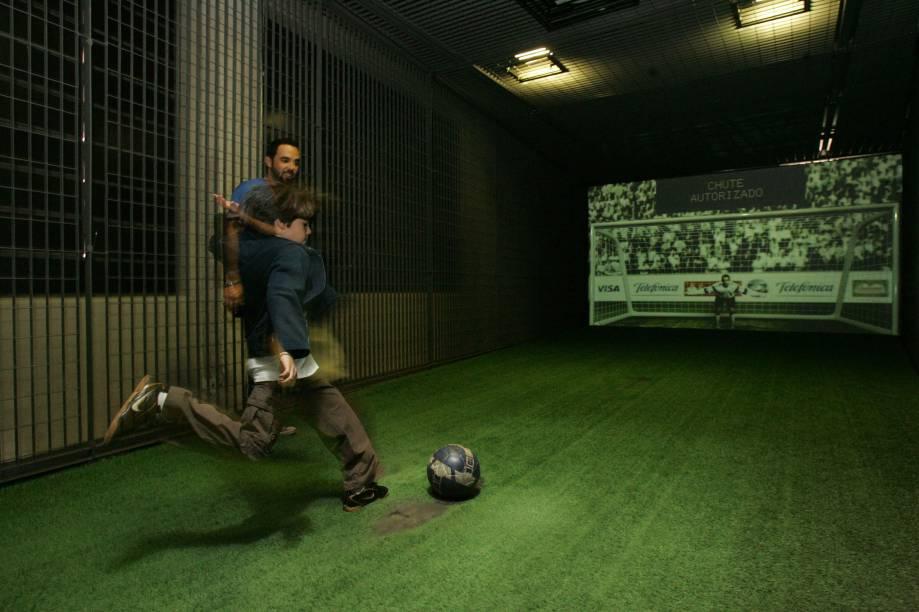 Sensores medem a velocidade do chute, no Museu do Futebol, instalado no Estádio do Pacaembu em São Paulo (SP). Com recursos audiovisuais interativos, em detrimento de relíquias e peças de coleção, o museu mostra o futebol como elemento formador da cultura do país