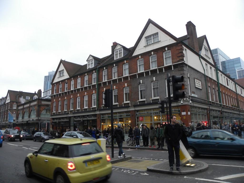 O exterior do incrível Spitafields Market e seu público estiloso sem esforço.