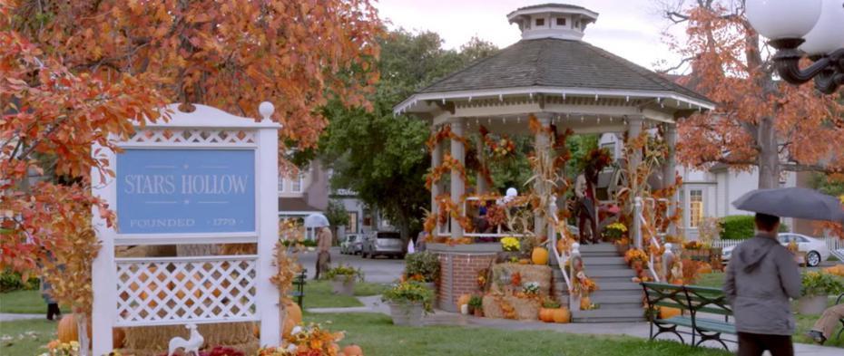 A fofa praça central com o icônico coreto de Stars Hollow, onde a cidade se reunia para os festivais mais inusitados (Reprodução)