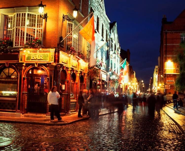 A vida noturna de Dublin é movimentada, repleta de bares e pubs ao estilo irlandês. Existe uma concentração de lugares para beber na área de Temple Bar, mas o agito (e boas cervejas) estende-se por boa parte da capital