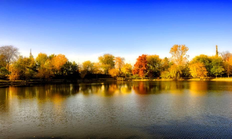 O outono de Bucareste, na Romênia, pode intimidar no começo com suas baixas temperaturas. No entanto, os cenários de suas paisagens ganham cores extras, com programas convidativos para casais