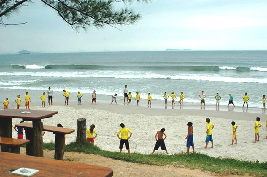 Aula da Vento Sul Escola de Surf, em Garopaba, Morrinhos (SC)