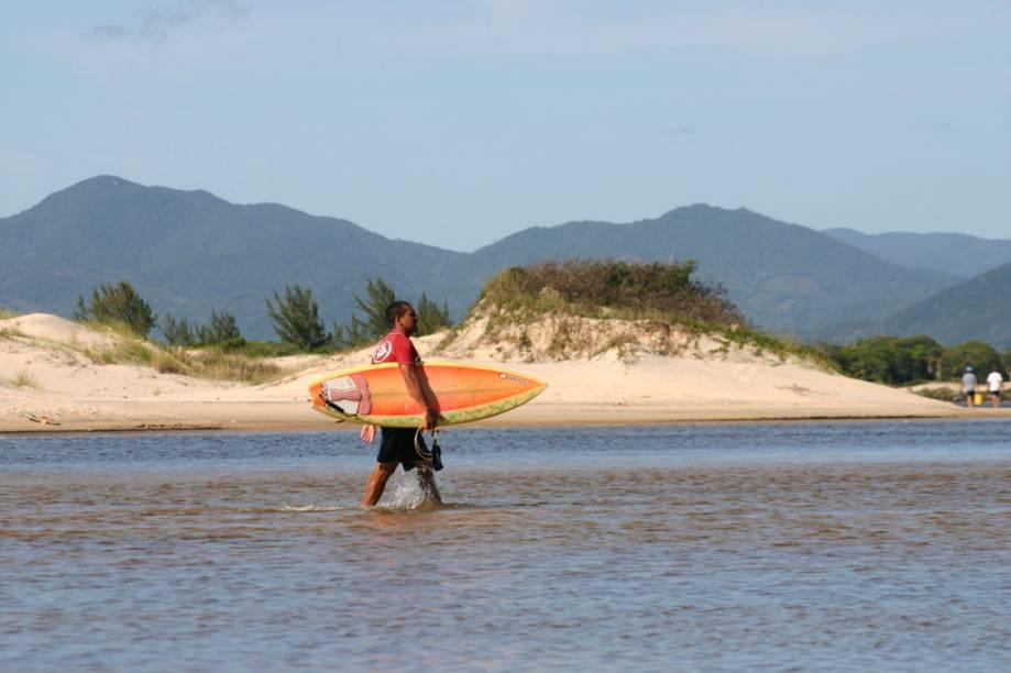 Surfista no Rio da Madre, na Praia Guarda do Embaú, Santa Catarina