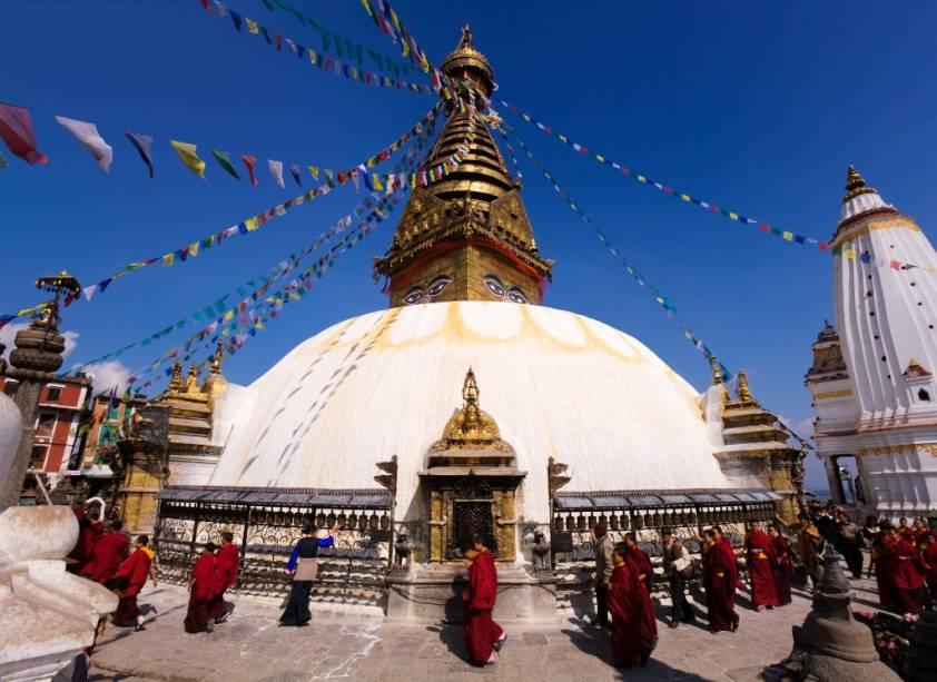 O Nepal é o país natal de Sidartha Gautama, o Buda. Apesar da predominância do hinduísmo, elementos budistas fazem parte constante da paisagem local, como na estupa Swayambhunath, em Kathmandu