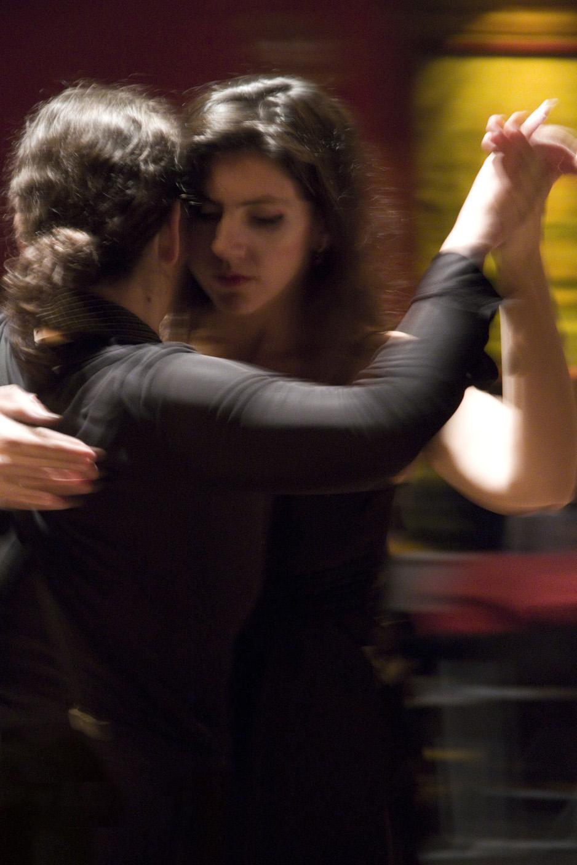 Pista da milonga Tango Queer, em Buenos Aires, onde casais gays desafiam tradição.
