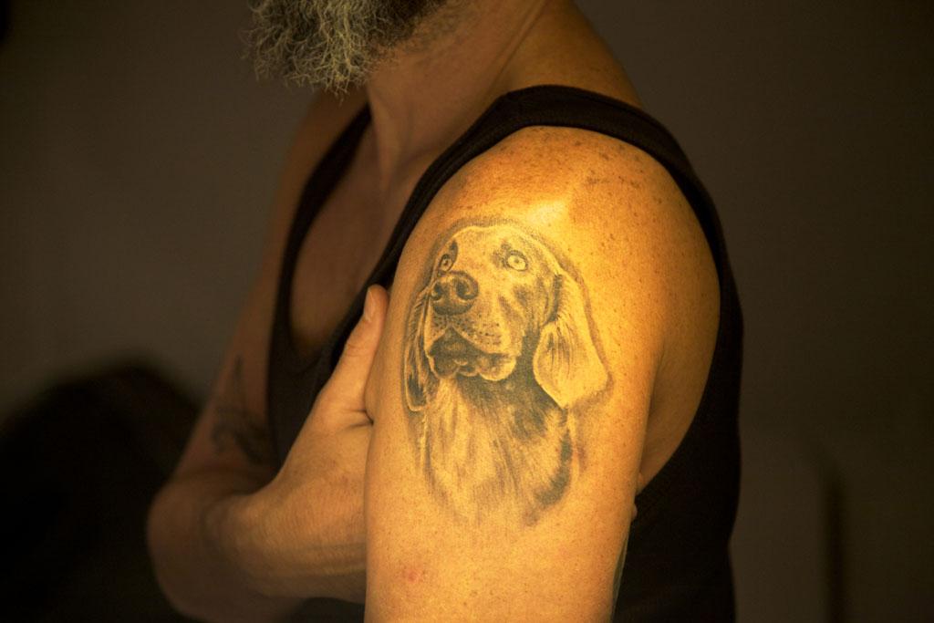 Tatuagem de cachorro na Mostra praCachorro, na Matilha Cultural, São Paulo