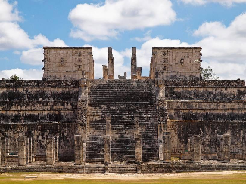 Templo dos Guerreiros em Chichén Itzá, com as Mil Colunas na base e a imagem do chacmool ocupando a parte central da plataforma superior