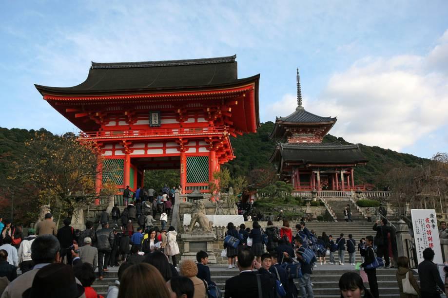 Entrada principal do templo Kiyomizudera, com o portão de entrada e o pagode budista à direita