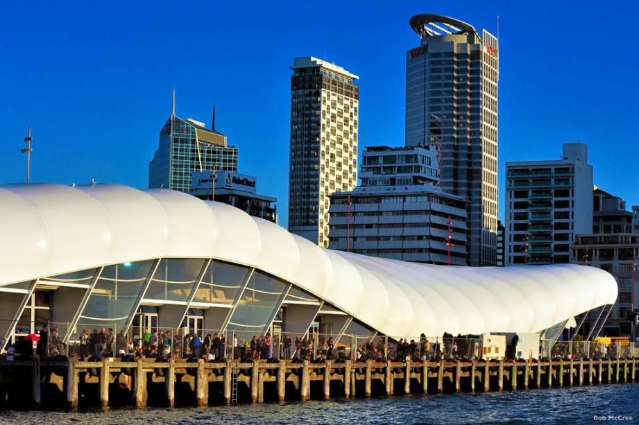 """Grande e populosa, <a href=""""http://viajeaqui.abril.com.br/cidades/nova-zelandia-auckland"""" rel=""""Auckland"""" target=""""_blank"""">Auckland</a>, na <a href=""""http://viajeaqui.abril.com.br/paises/nova-zelandia"""" rel=""""Nova Zelândia"""" target=""""_blank"""">Nova Zelândia</a>, tem praias perfeitas para o surfe, baías tranquilas, bairros charmosos e está a um pulo de excelentes vinícolas do país. Na foto, The Cloud, no Queens Wharf"""