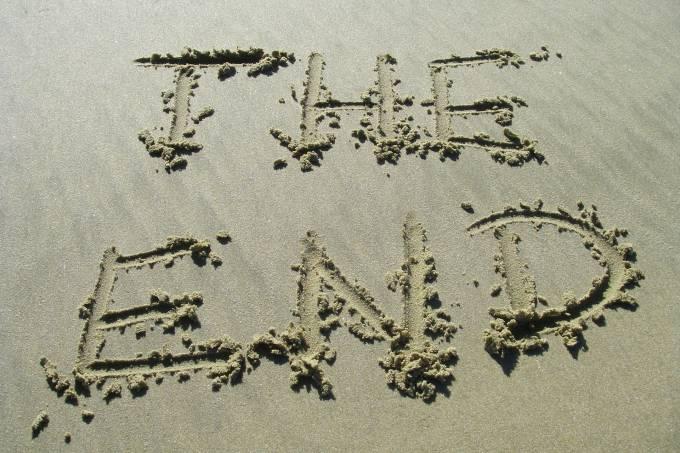 """""""The End"""" (o fim), escrito na areia de uma praia"""