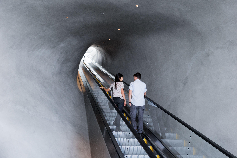 Para subir à exposição principal, você embarca nessa escada rolante que também é uma viagem (crédito: iwan_baan)