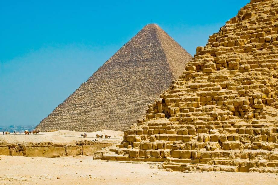 As pirâmides do Cairo ficam pertinho da cidade, na região suburbana de Gizé. Para chegar lá, é possível pegar metrô e depois vans que levam até a entrada do sítio arqueológico. Também é possível comprar passeios em agências de turismo que oferecem transporte