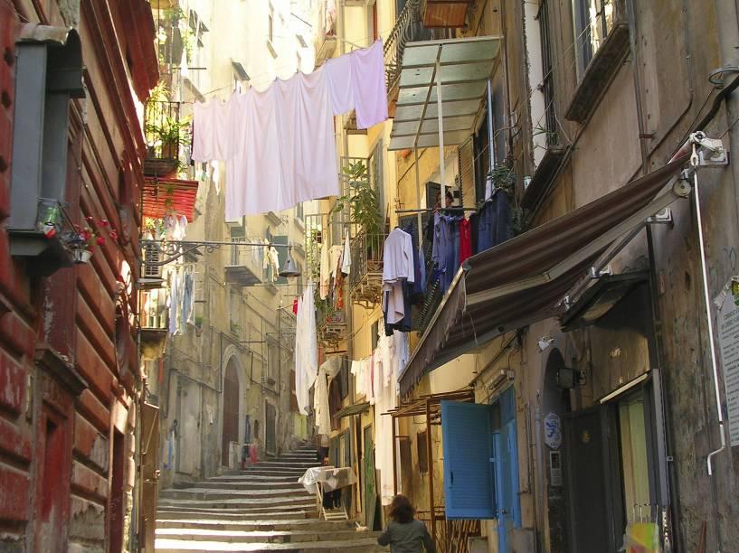 Uma cena italiana típica, mas que você só vê em Nápoles e nas outras cidadezinhas do sul da Itália: becos de prédios residenciais, com varais sobre as ruas