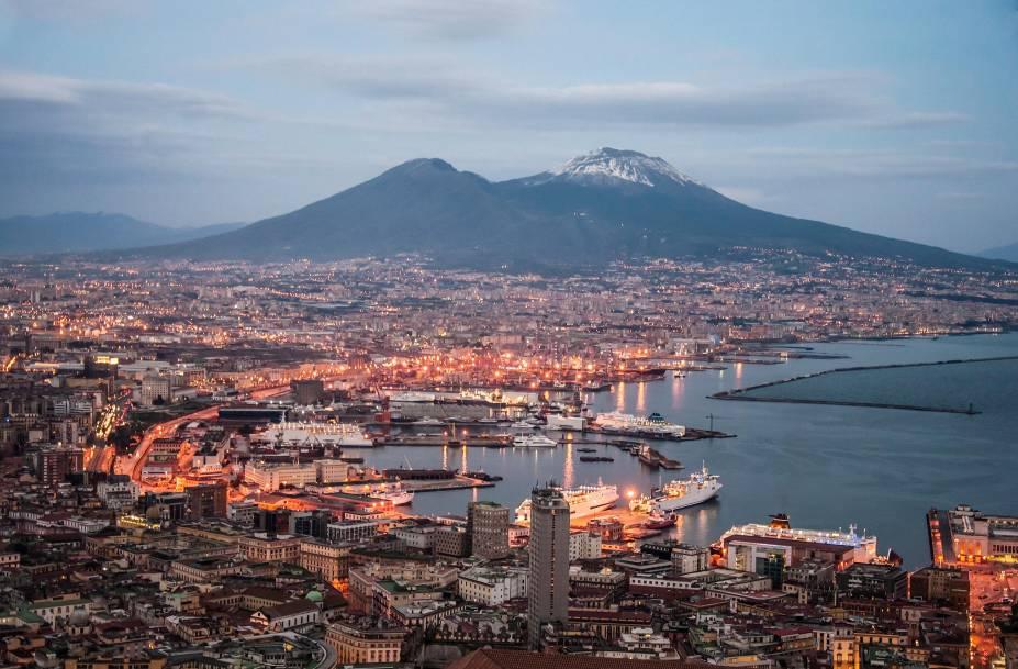 A vista da baía e do porto de Nápoles, com o Vesúvio ao fundo, é uma das mais belas da cidade