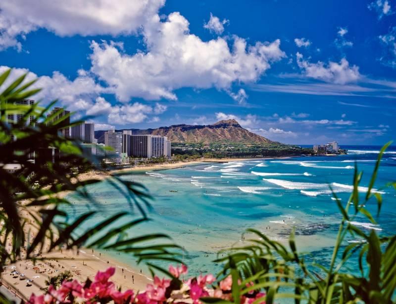 """Waikiki é uma das atrações mais badaladas de <a href=""""http://viajeaqui.abril.com.br/cidades/estados-unidos-honolulu"""" rel=""""Honolulu"""" target=""""_self"""">Honolulu</a>, no Havaí.Em meio a suas praias urbanizadas, estão enormes arranha-céus, ruas repletas de lojas de grife, shoppings centers, restaurantes finos e hotéis de luxo. Na foto, é possível ver o vulcão extinto Diamond Head, ao fundo"""