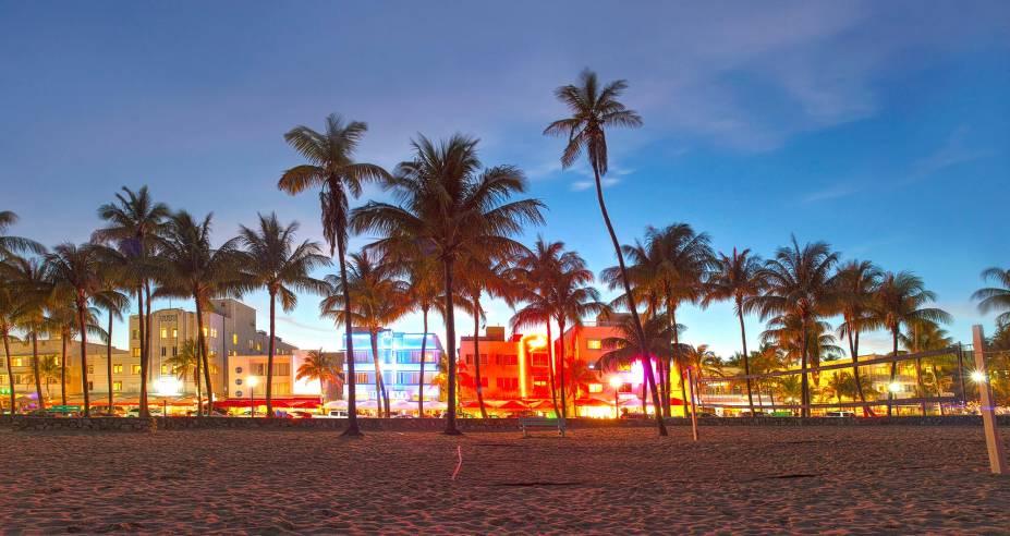 O neon de Miami Beach já começa a surgir com o pôr do sol na cidade