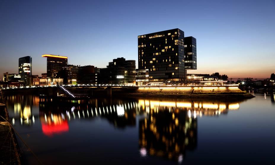 A cidade alemã de Düsseldorf vista a partir do Rheinpromenade
