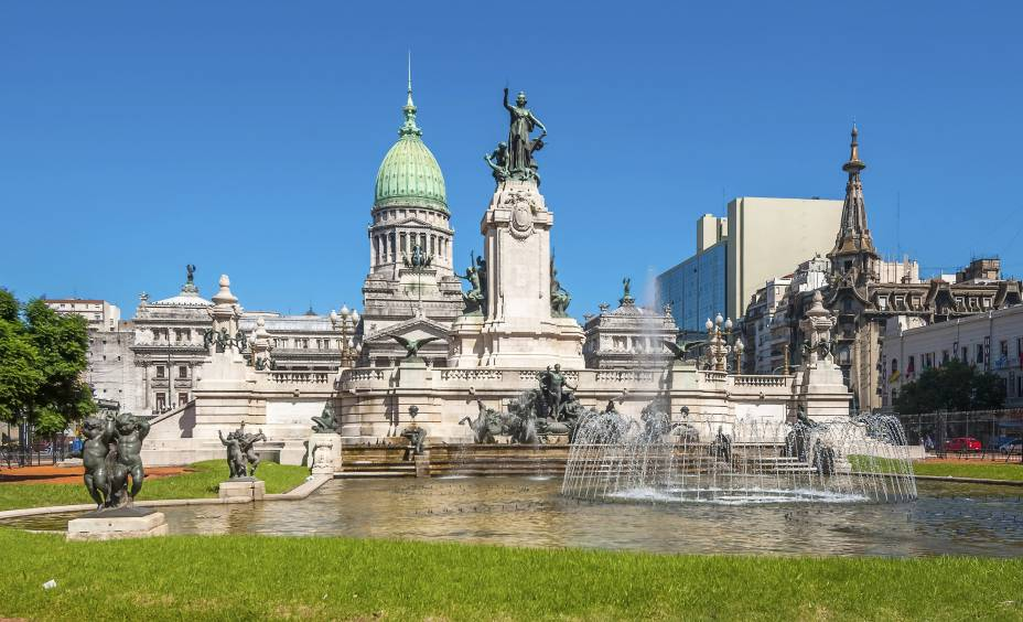 """Prédio do Congresso Nacional em <a href=""""http://viajeaqui.abril.com.br/cidades/ar-buenos-aires"""" rel=""""Buenos Aires"""">Buenos Aires</a> – a fonte da Plaza del Congreso representa o Oceano Atlântico, e a escadaria logo atrás representa a Cordilheira dos Andes"""
