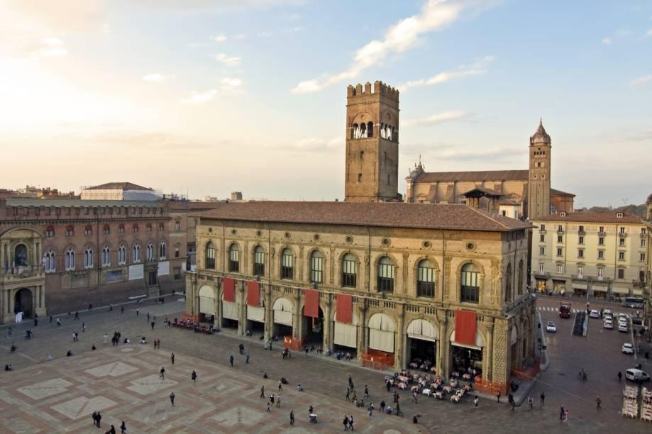 """<a href=""""http://viajeaqui.abril.com.br/estabelecimentos/italia-bolonha-atracao-piazza-maggiore"""" rel=""""Piazza Maggiore"""" target=""""_blank"""">Piazza Maggiore</a>, em Bolonha; a cidade italiana é jovem e universitária - é possível admirar os prédios antigos que abrigam as diversas faculdades no centro histórico"""