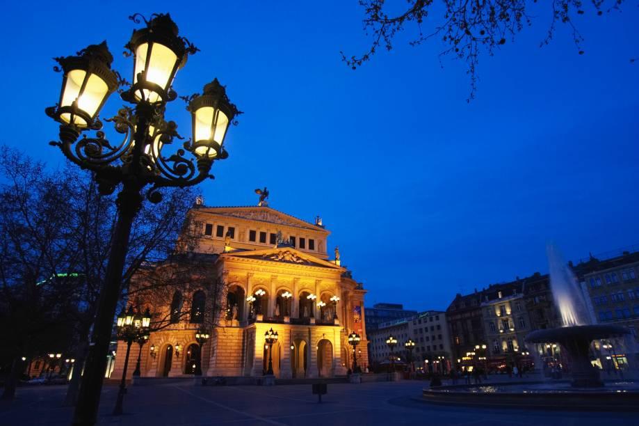 O anoitecer na Alte Oper, também conhecida como Opera House de Frankfurt. A construção, datada de 1880, teve de ser minuciosamente reconstruída após os bombardeios do Holocausto, sendo reinaugurada nos anos 1980