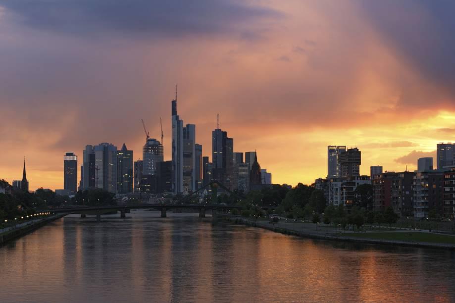 O entardecer da cidade de Frankfurt, na Alemanha. Sua paisagem urbana abriga bons museus e programas típicos de cidade grande, mas com uma segurança maior. Para se ter uma ideia: ela é constantemente apontada como uma das melhores cidades do mundo pra se viver