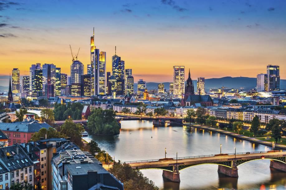 Considerada uma das maiores cidades da Alemanha, Frankfurt tem uma áurea urbana da qual seus moradores se orgulham, com muitos prédios e arranha-céus