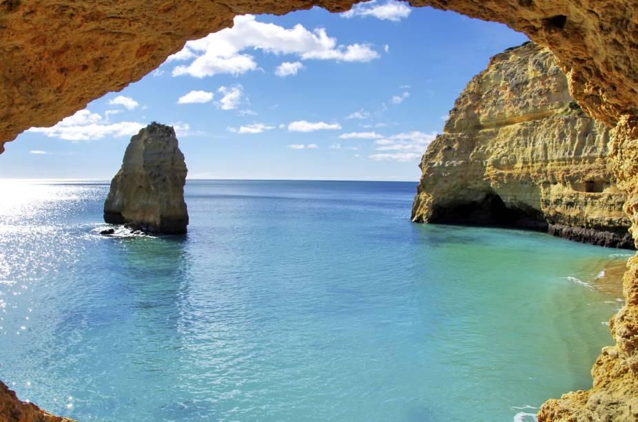 As formações rochosas grandes e peculiares são atração nas praias do Algarve