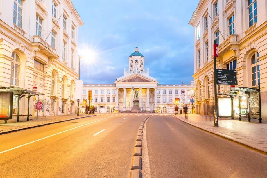 No centro de Bruxelas, a capital belga, está a Praça Real, com seus imponentes edifícios histórico, de arquitetura refinada