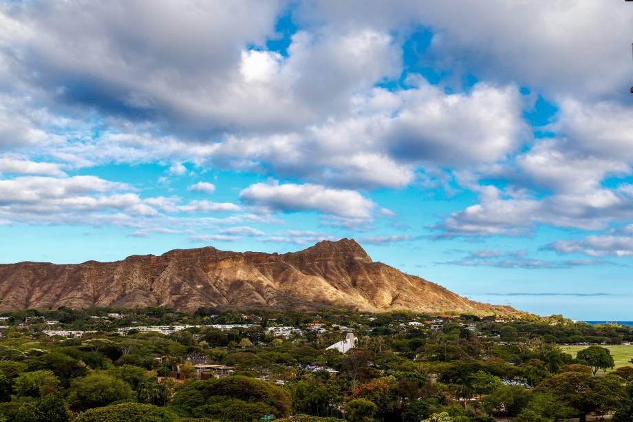 O vulcão extinto Diamond Head, a sudeste de Honolulu, domina o horizonte da cidade; ao escalar seus 1.300 metros, é possível ter uma visão panorâmica da ilha de Oahu