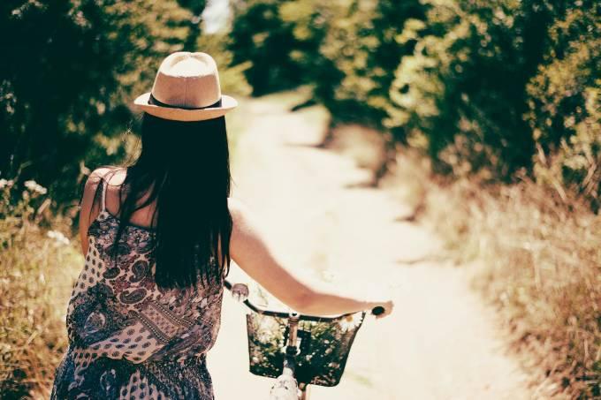 Mulher viajando sozinha bicicleta
