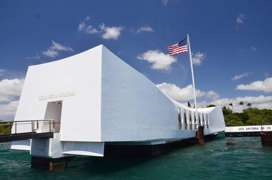 A oeste da cidade de Honolulu está o Arizona Memorial, que relembra a história da base naval de Pearl Harbor, atacada em 1941 pelos japoneses