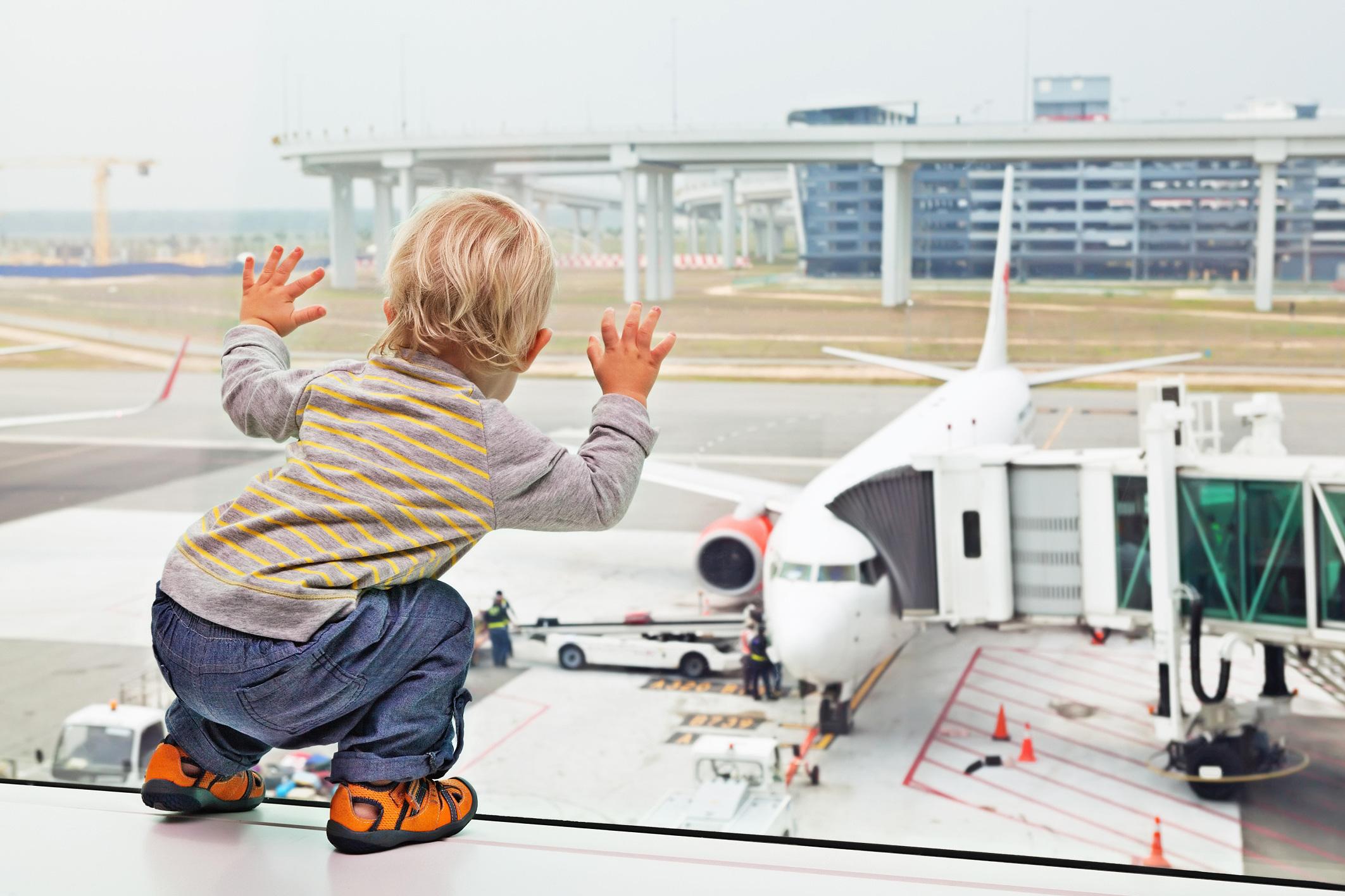 Bebê em aeroporto - viagem com crianças família