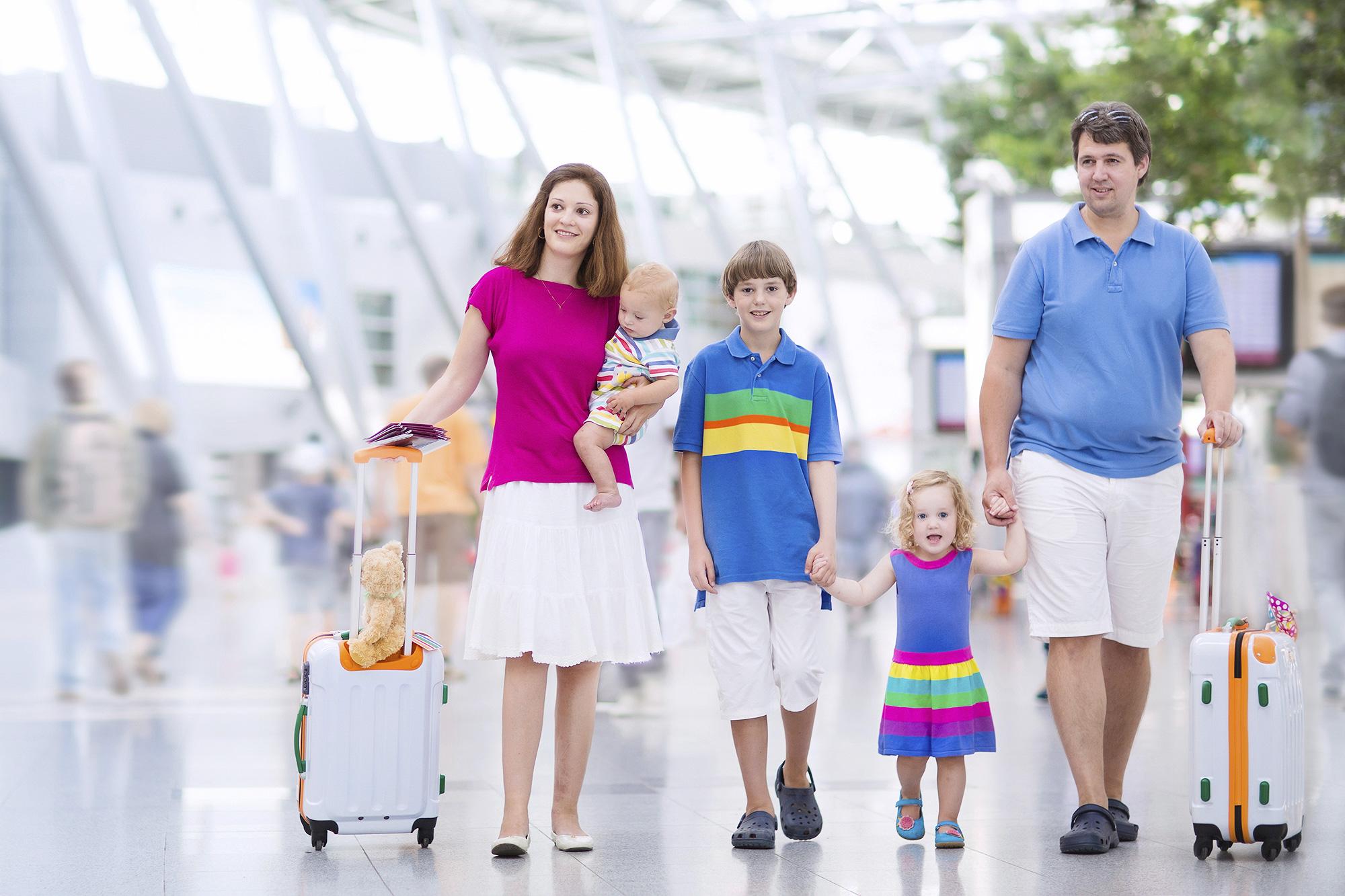 Família em aeroporto - viagem com crianças