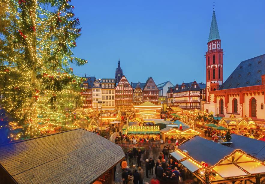 A iluminação de Frankfurt durante a Chirstmas Market - feira de comércio natalino realizada no coração da Cidade Velha. Os cenários de inverno contribuem pra deixar tudo ainda mais charmoso