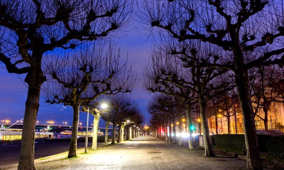 O lindo anoitecer em Rheinpromenade, calçadão de Düsseldorf, na Alemanha