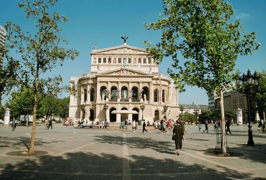 Com shows, concertos e apresentações de dança em sua programação, a Alte Oper de Frankfurt é uma das boas pedidas para quem visita a cidade