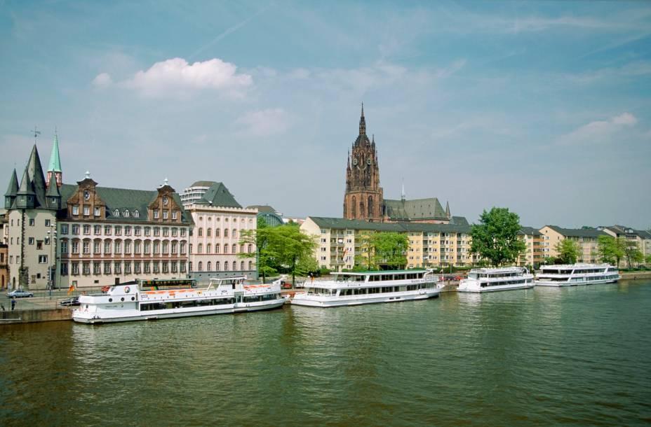 Barcos se acumulam ao longo do lago principal da cidade de Frankfurt. Ao fundo, a beleza da Catedral de São Bartholomeu