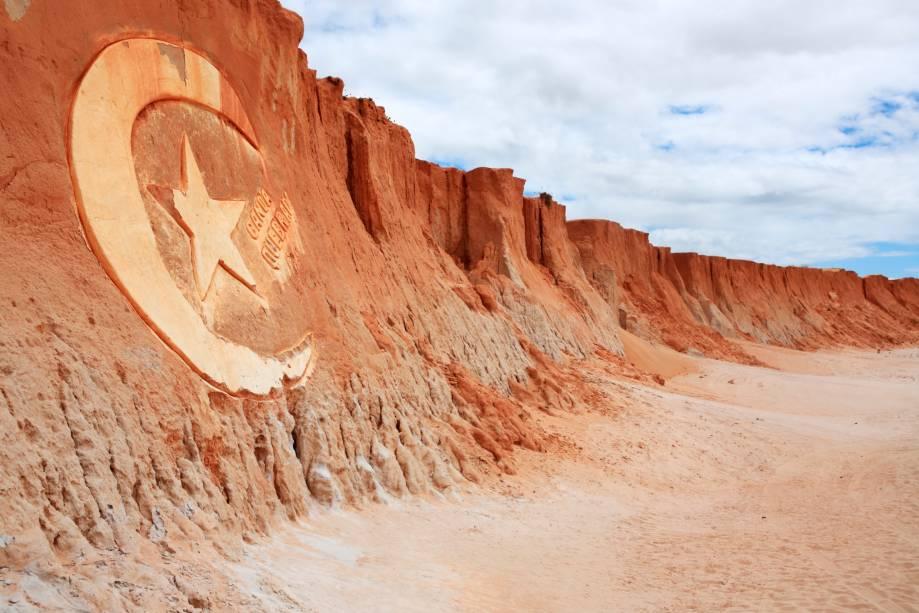 Canoa Quebrada (Ceará) Localizada a 182 quilômetros de Fortaleza, Canoa Quebrada é conhecida por suas famosas falésias formadas pela ação do vento e de cor avermelhada que chegam a até 30 metros de altura