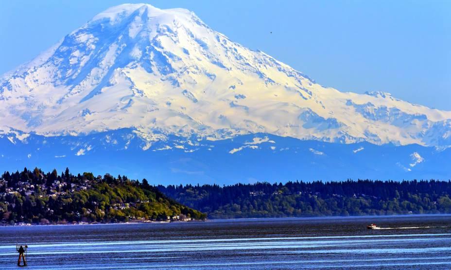 A bela visão do Monte Rainier, nos arredores de Seattle, EUA