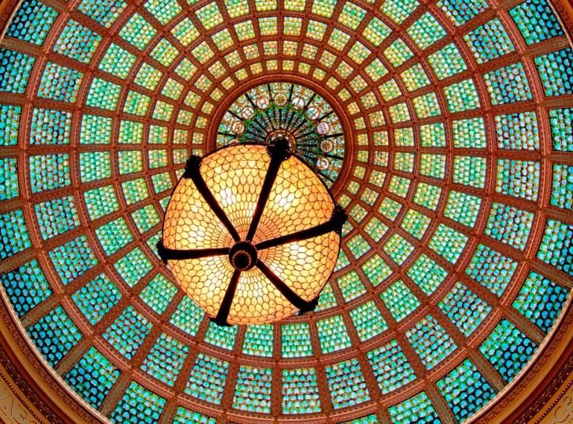 A cúpula Tiffany, do Chicago Cultural Center, é a maior do mundo do gênero, com 30 mil peças de vidro