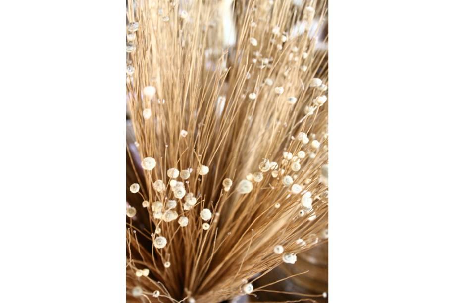 O capim-dourado, fibra típica das veredas do Jalapão, Tocantins, vira bolsas, cestos, chapéus e mandalas nas mãos de artesãos