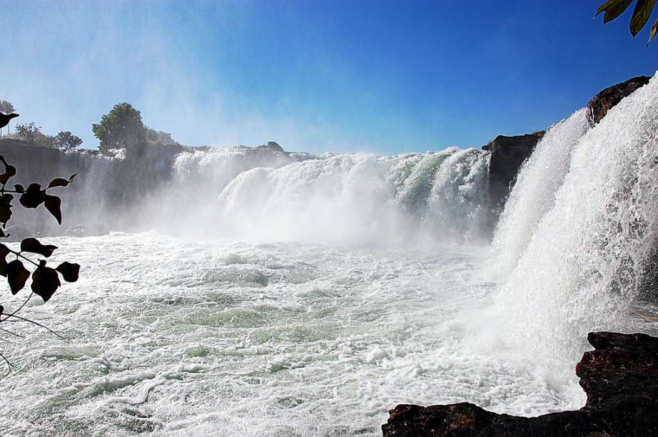 A cachoeira da Velha, no Jalapão (TO), tem queda de 20m de altura e 100m de largura, de acesso fácil, não é necessário guia