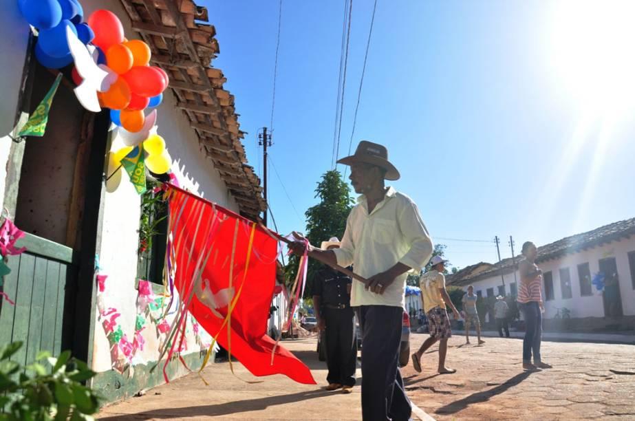Alferes abençoa casas de Paraná, Tocantins, durante a Festa do Divino