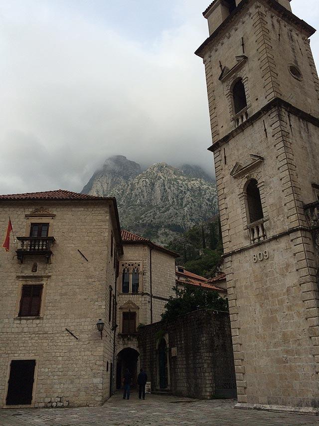Torre da catedral e a montanha mergulhada nas nuvens