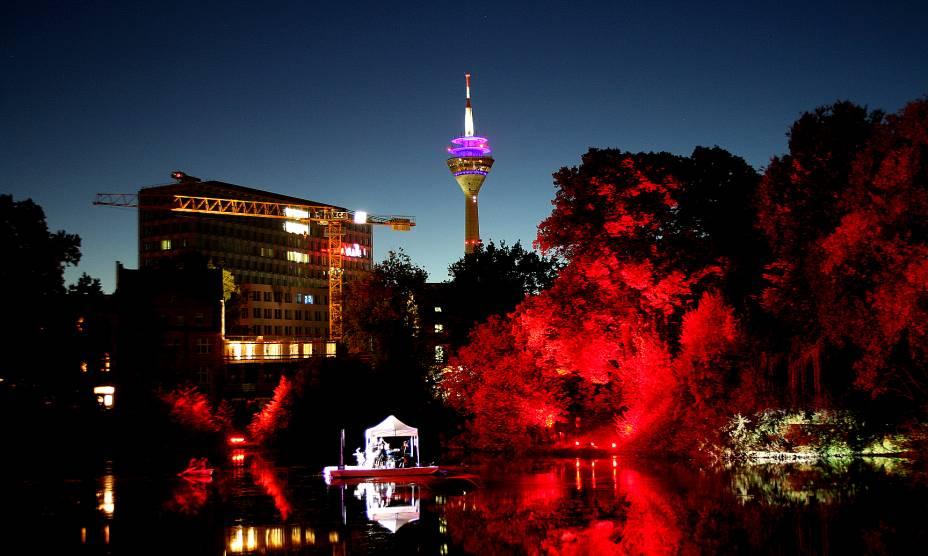 A noite da Torre Rheinturm em Düsseldorf, na Alemanha