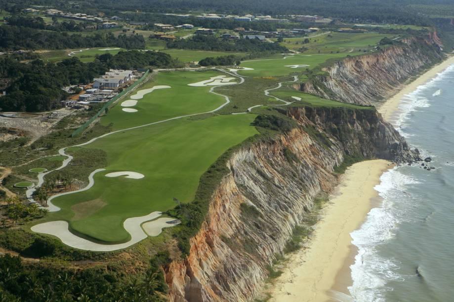 A pista de golfe é uma das opções de lazer do hotel Club Med, localizado no topo da falésia e com bela vista da Praia de Taípe
