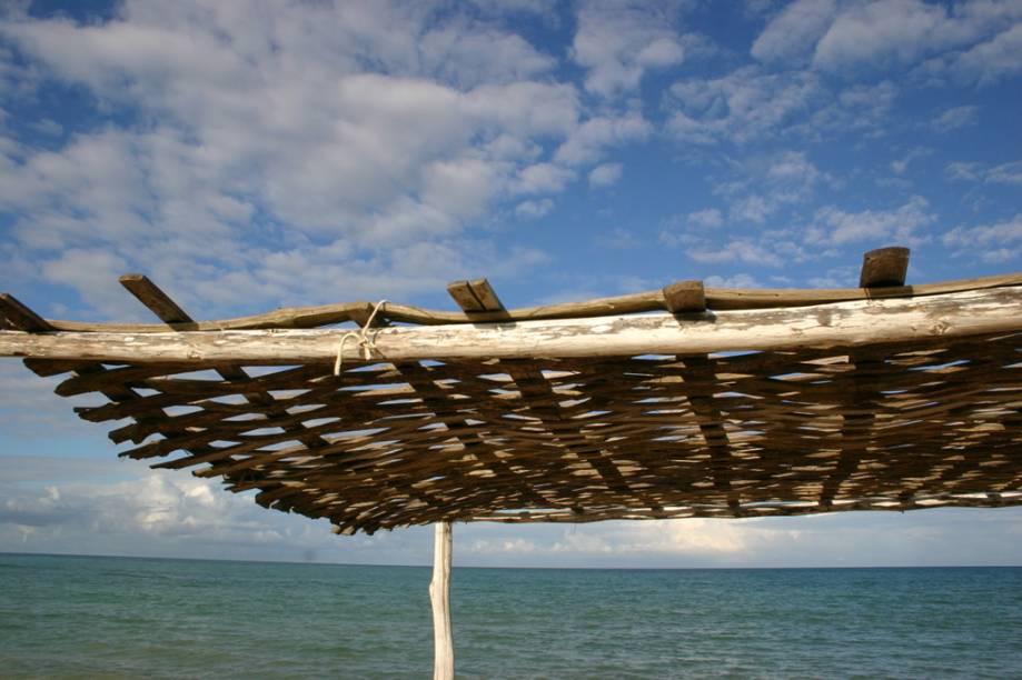 Cobertura de um pergolado do bar Cauim na Praia dos Coqueiros, caracterizada pela sequência de cinco barracas de praia, coladas umas nas outras