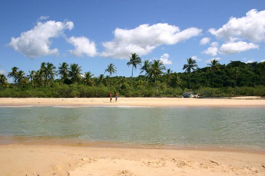A larga faixa de areia da Praia dos Coqueiros é um convite a longas caminhadas, assim como o mar calmo chama para um mergulho
