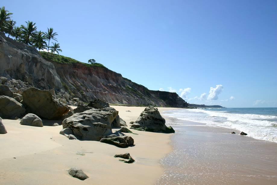 Praia do Rio da Barra, boa faixa de areia para caminhada, mar calmo e paisagens impressionantes