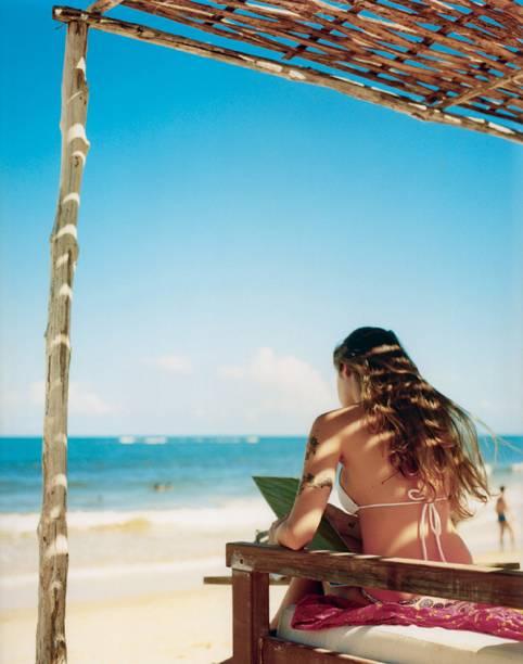 Bar Uxua Praia. Em Trancoso, estar com o pé na areia significa, na maioria dos lugares, sentar-se em sofás e pufes sob um gazebo, ao som de DJs e com drinques especiais no copo